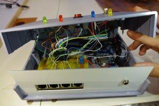 主機內的線路並不簡單,學生鄧皓然由自製PCB線路板,到自行焊接線路,一直經歷失敗,但他坦言喜愛此類學習方式,所學的印象更深刻。