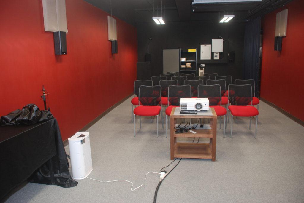 測試在 PCM 一間約 200 ft2 活動室進行