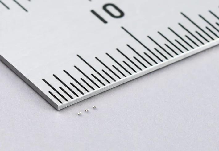 新開發的超微型多層陶瓷電容,體積只有 0.25 x 0.125mm 。