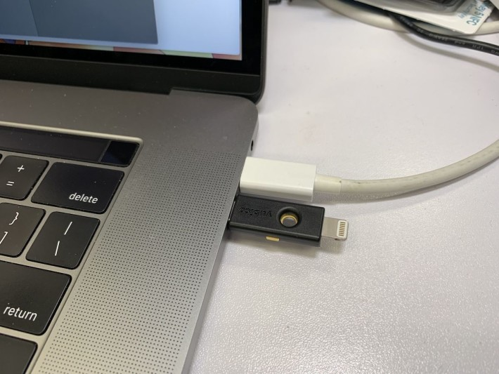YubiKey 5Ci 同時備有 USB-C 和 Lightning 接口,所以無論手機抑或備有 USB-C/Thundbolt3 的電腦都能使用。