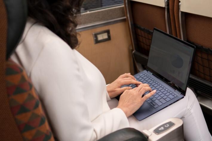 擁有 HP Sure View 屏幕技術,可以一鍵方式阻隔屏幕兩方觀看角度。
