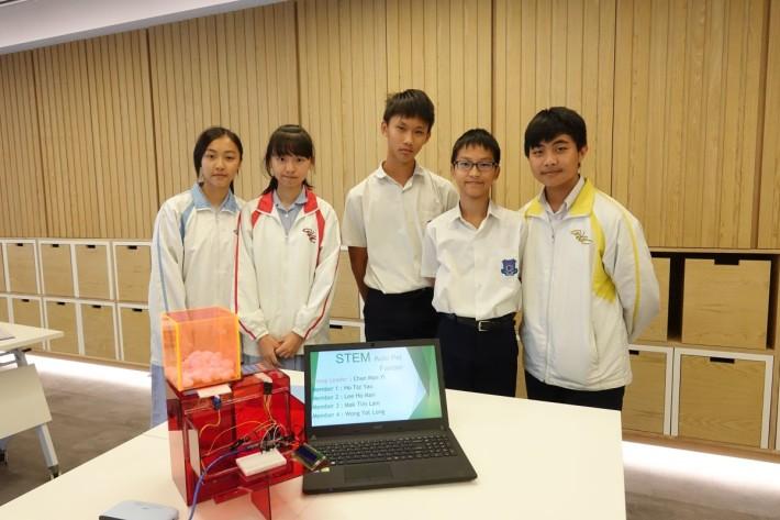 (左起)學生陳敏怡、賀紫柔、李浩文、麥天藍和黃溢朗,一起設計寵物自動餵食器,指出STW計劃能將所實踐,有效加深對所學的認知。