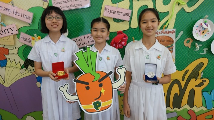 (左起)學生陳芊螢、李廸霖和魏靖瑩商討製作SmartEat,有效改善學生營養問題。