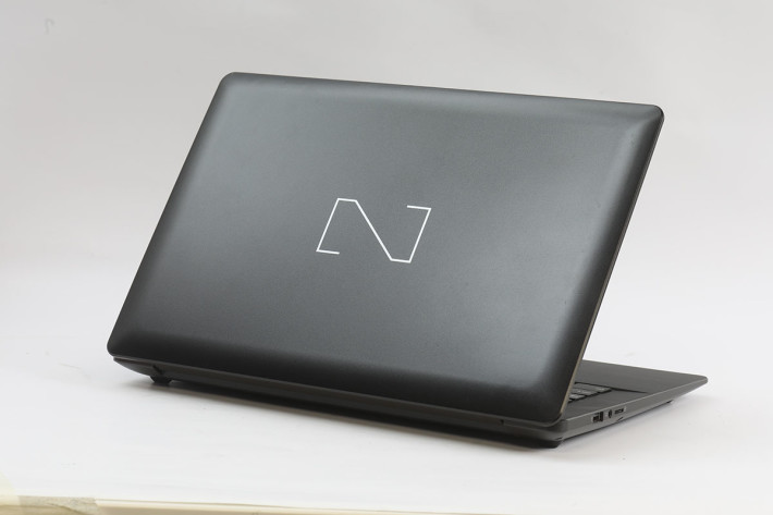 機背設計簡潔,只有一個「N」字的 Nexstgo Logo。
