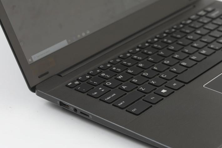 端子方面有兩個 USB 3.0、USB Type-C、3.5mm 耳機插、mini-HDMI 與 microSD讀卡機。