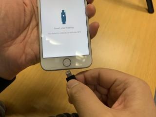 3. 將 YubiKey 5Ci 的 Lightning 插頭插入 iPhone ;