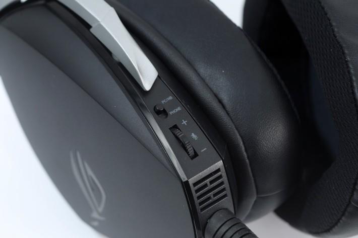 背後設有按鈕可轉換成 PC 抑或手機模式