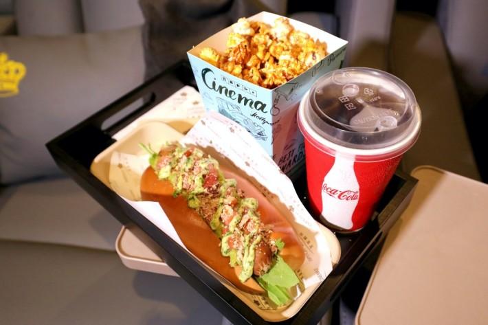.$290 的 VIP 影院2D電影戲票,已包括一份戲院主食、小食和飲品。