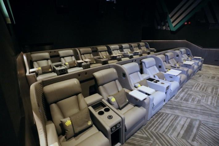 .VIP影院座位有USB及無線充電,椅背和腳踏都可以調校。也有毛氈及咕𠰠提供,手提包可放在椅下儲存格。
