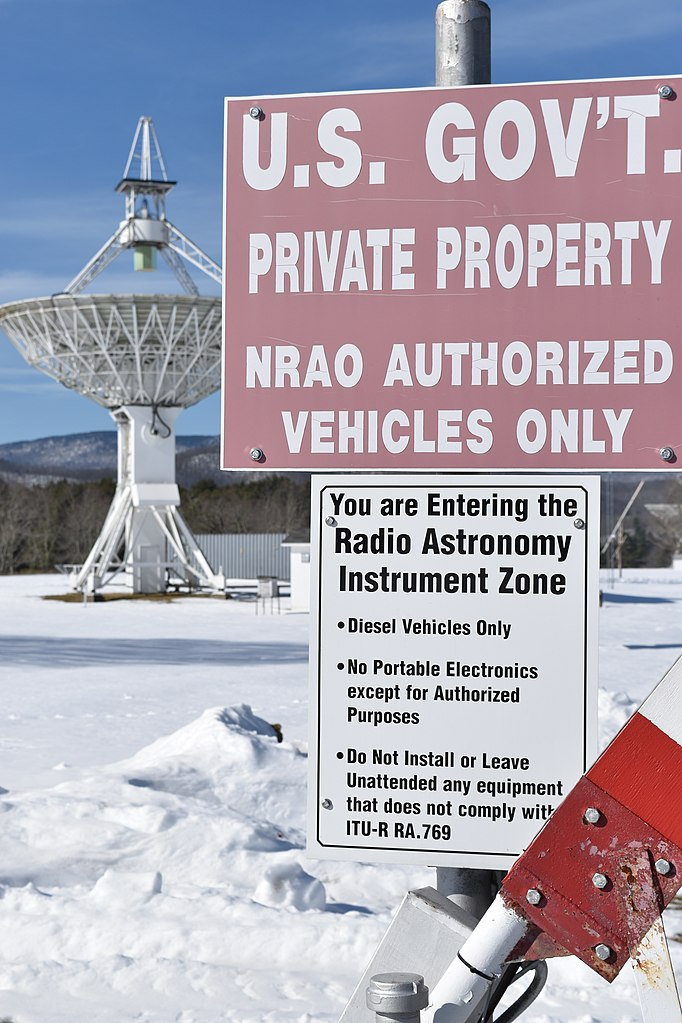 682px-Warning_signs_at_NRAO_zone_1_entrance