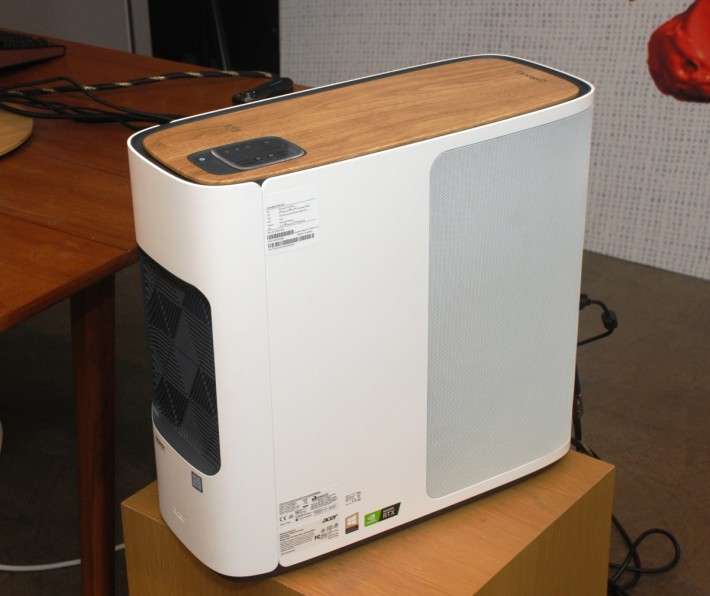 ConceptD CT500 PC 沒有 RGB 燈效,著重外形設計並加入隔音功能。