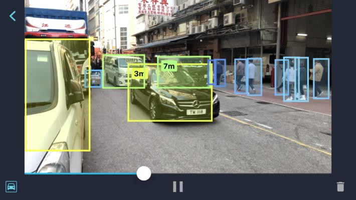 程式即時檢測出鏡頭前的汽車和行人,並且會判斷接近中的汽車距離。