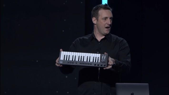 AWS 人工智能副總裁 Matt Wood 博士拿著 AWS DeepComposer