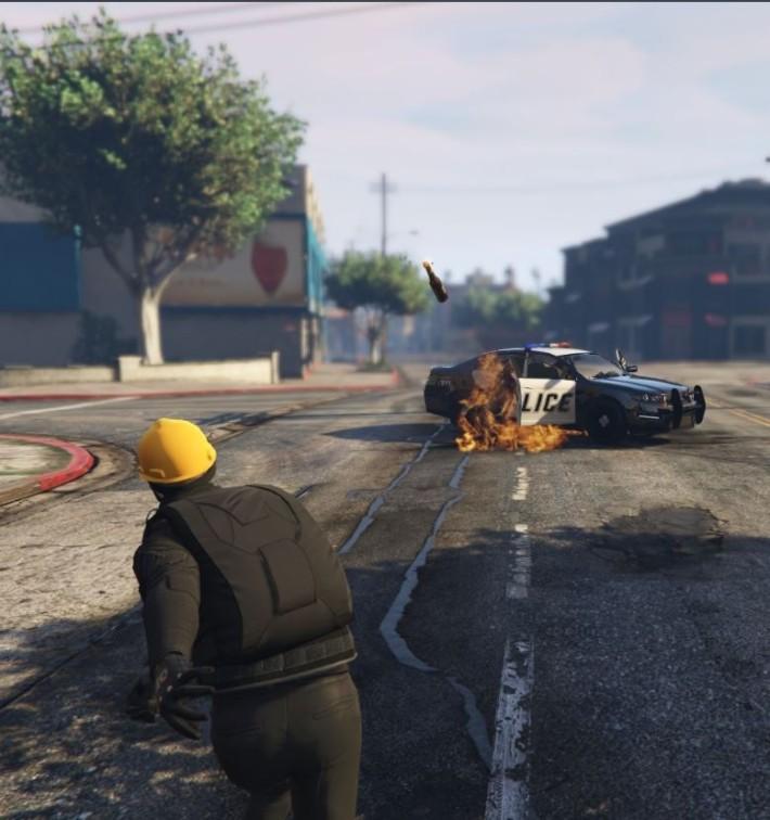 在遊戲中向警車投擲汽油彈,實際上不會影響任何人