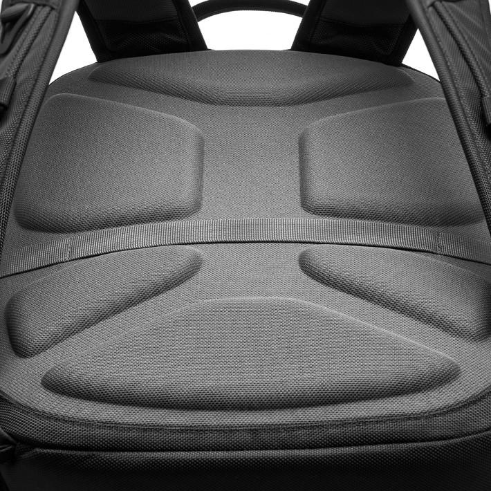 具備 3D 熱成型的軟墊後板設計,揹起背囊時舒適度提高,同時間亦可保持輕巧。