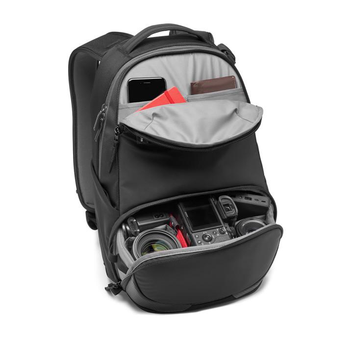 背囊可容納一機三鏡或無人機、14 吋 Notebook 及不同個人物品。