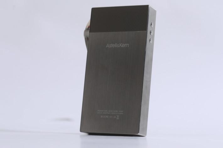 SA700 機背也玩 dual tone,銀色機殻尤其顯眼。
