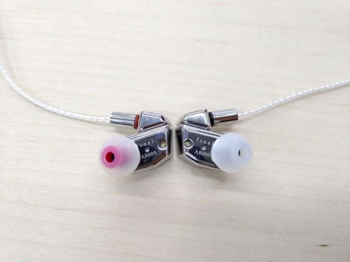 A8000 採用 MMCX 接頭,跟機耳膠更用顏色以便分左右。