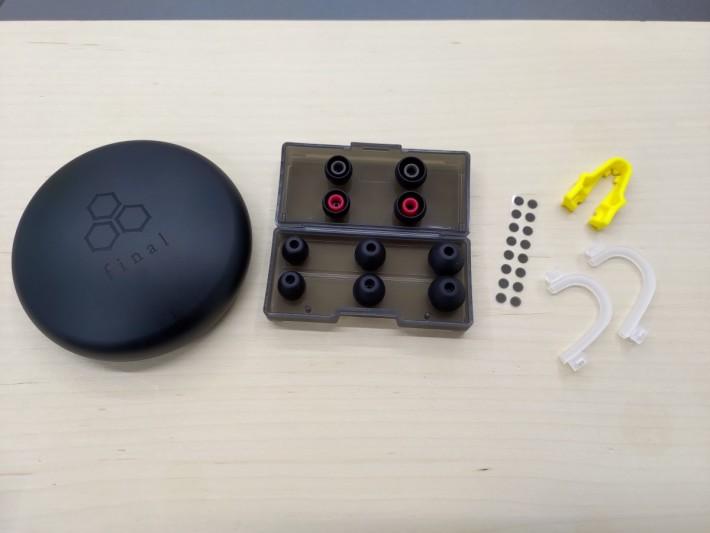附隨配件齊全,耳機便攜包的底部改為金屬物料更實淨,亦有十多片 filter 供更換。
