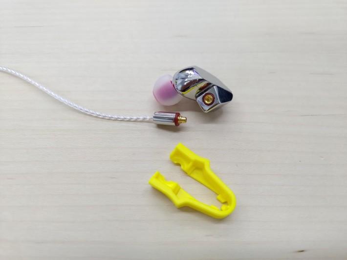 黃色的夾子是 MMCX Assist,可以很輕鬆方便夾出 MMCX 線,有用過 Final 之前的耳機就知是個偉大發明。