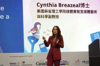 主題演講嘉賓之一是美國麻省理工學院媒體實驗室媒體藝術與科學副教授Cynthia Breazeal博士講解最新的科技教育課程結構。