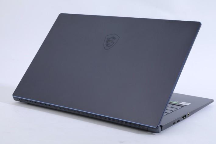 .和 Prestige 14 一樣採用金屬機身,簡約外型加上鑽石切割機邊配上紫色修飾。