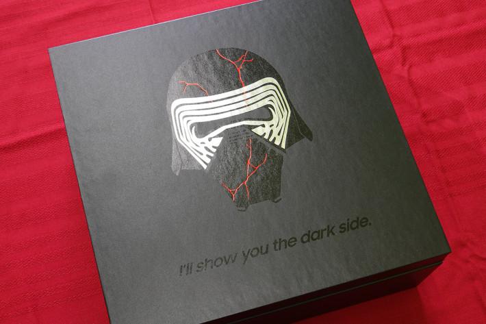 將外層拿走之後,就可看到 佈滿戰痕的 Kylo Ren 頭盔 Graphic。