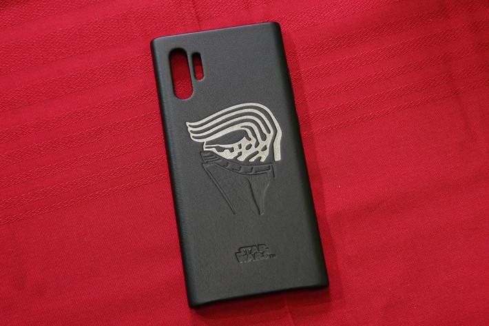 皮套亦有極佳的質感,Kylo Ren 的側面以壓紋方式印上。