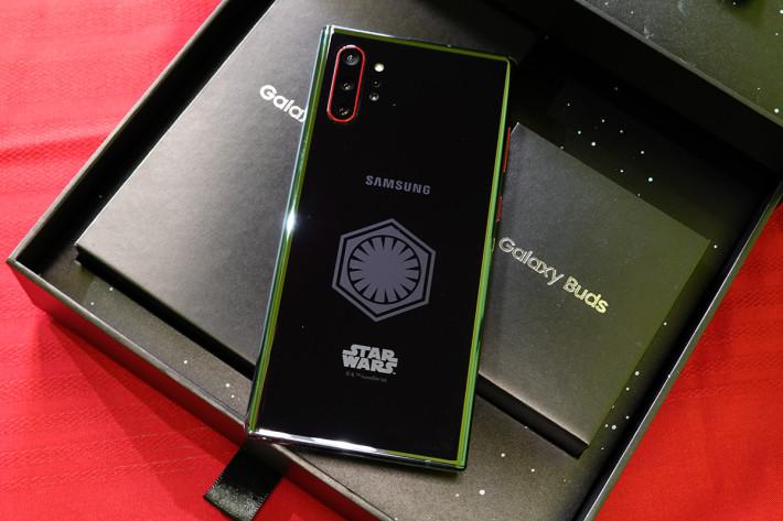 特別版 Galaxy Note10+ 機背印有 First Order 軍團團章。