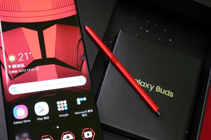 紅色的 S Pen 非常搶眼,拉出來使用時更會有光劍音效陪襯。