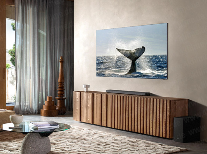 無邊電視加上無縫掛牆設計,令這款 8K 電視像掛畫一樣。未知到時佈線會如何處理。(資料來源:4KFilme )