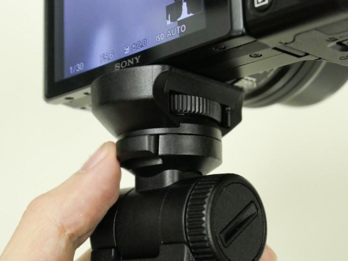 雲台下方加入 Flip Button,可以直接將雲台翻轉 180度,即是鏡頭本來向外,但只要一按掣就可以將相機翻過來作自拍。