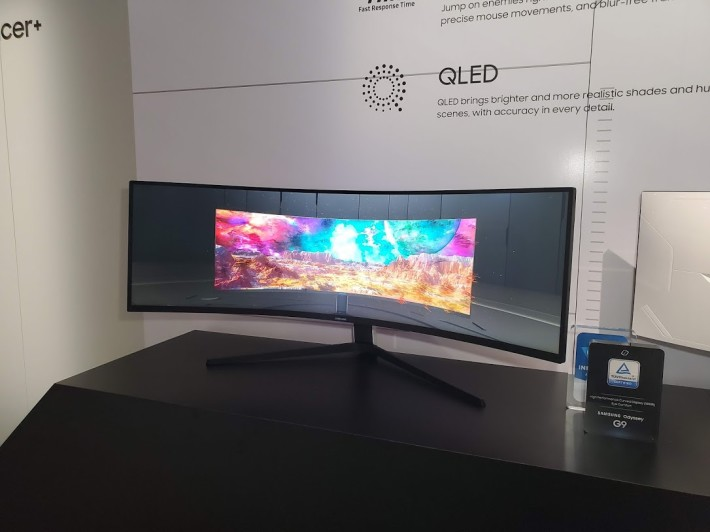 Samsung Odyssey G9(49 吋, 5120×1440 , 240Hz ,32:9)是全第一款使用5120×1440(DQHD)解像度的電競螢幕,使用 HDR1000 VA 面板以加強色彩顯示。