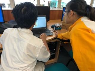 學生們在編寫控制方向的程式。