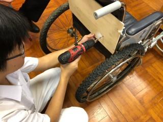 改造輪椅很花工夫。