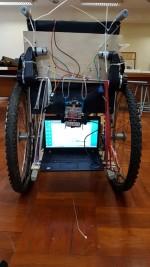 經改造後的輪椅,可放置筆記型電腦。