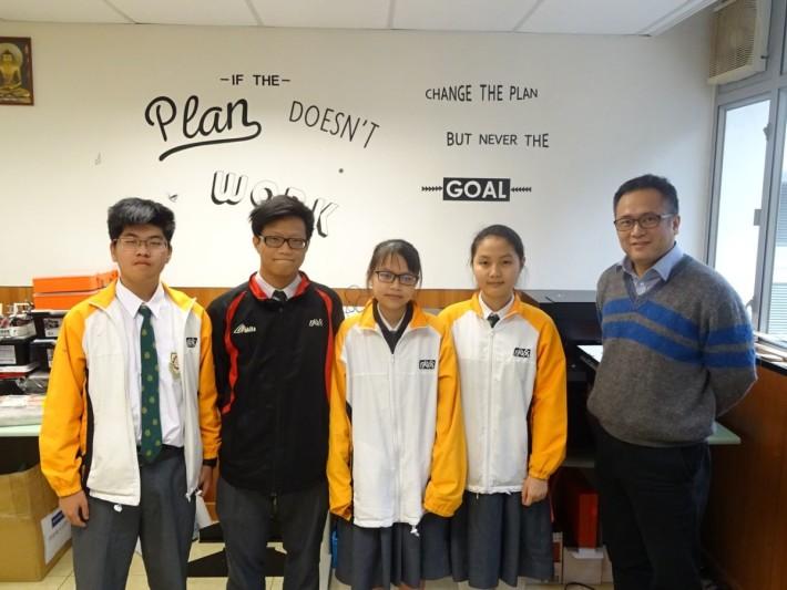 副校長梁國豪與參與同學黃艷玲、劉東麗、神鎧澄及李家騫合照(右起)。