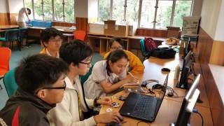 學生們最初學習腦電波相關的知識。