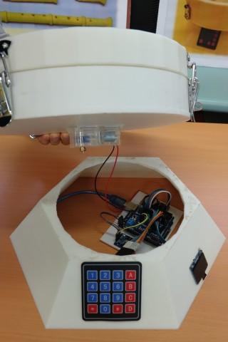 學生運用Audino,管理及控制定時餵飼的部份。