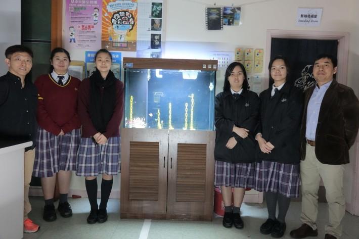 靈風中學受訪師生合照(左起)老師巫嘉明、學生鄧培英、趙婉珍、黃凱歌、郭穎嵐和生物科主任李栢燊。