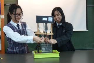 經過一段時間後,透明的微塑膠呈現。若沒有此實驗,你分辨兩樽飲用水的分別嗎?