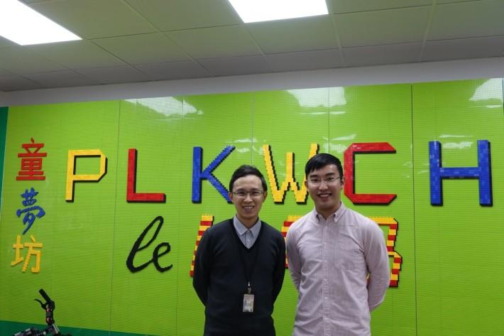( 左 )保良局王賜豪(田心谷)小學副校長李安迪和(右)教師陳迦志講解海陸空STEM歷險課程設計。