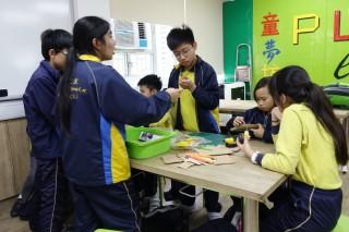 學生不需要坐定定上課, 也能學習;而且能通過自選材料,認知生活上物品的優缺點。