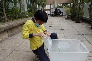 無物料指引下,學生能嘗試更多,有學生就分別以膠袋和膠樽實測物料載物的特性。