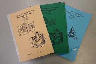 四個學期的兩年課程,課堂不多,但有四本過百頁的筆記,教師十分用心。