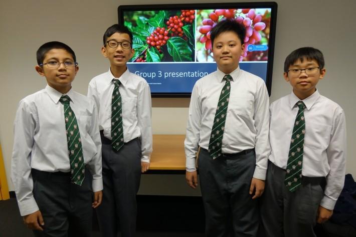 英華書院學生王鈞源、潘梓銘、黃俊霖和馬浚廸學習製作AI程式。