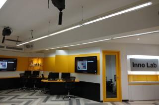 InnoLab是英華書院的新設計教室,內裡有5G設計,以及多個大型屏幕,方便學生專題報告練習。