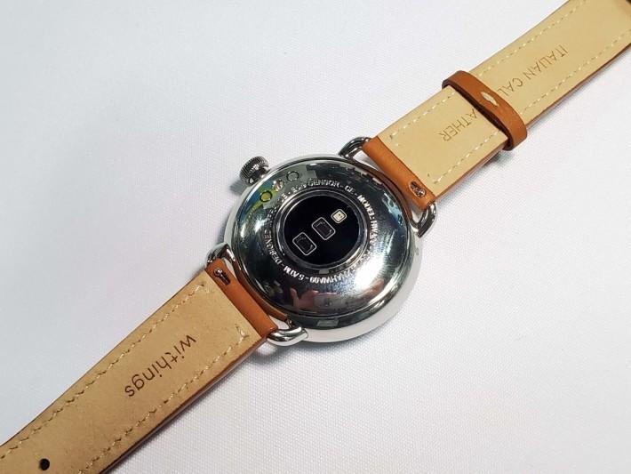 表背裝有 PPG 和 SpO2 感測器,可以持續監察心率和血氧。