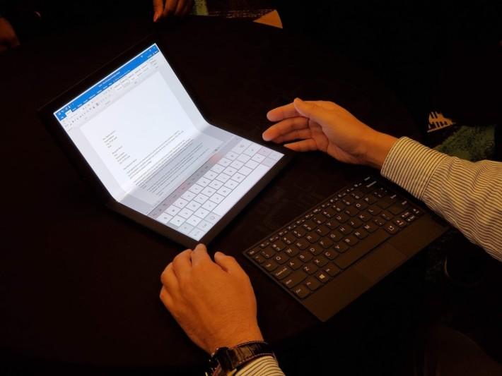 當電腦半摺起來,下方畫面變成鍵盤