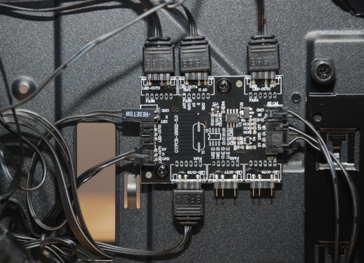 後方提供擴充集線器,可最多同步控制 6 組 ARGB 設備之燈效。